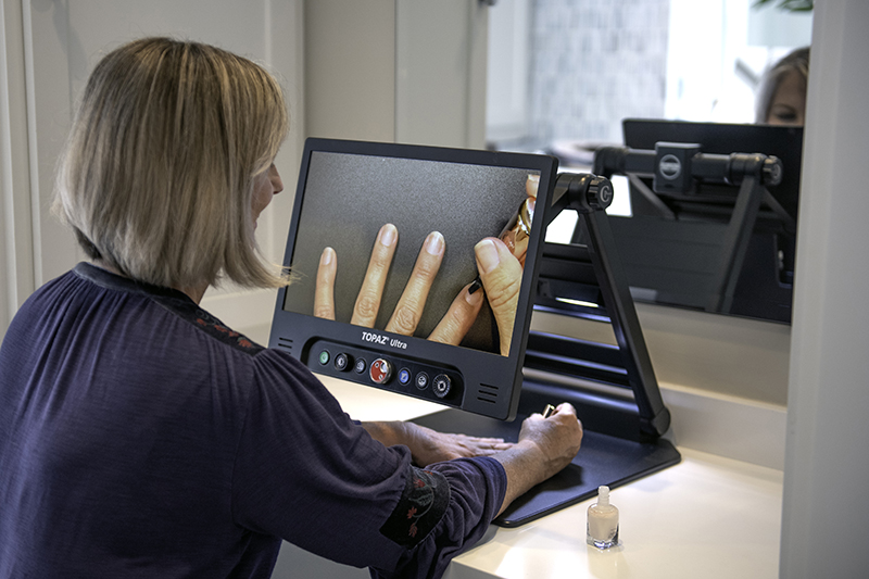 woman using topaz ultra to polish her nails