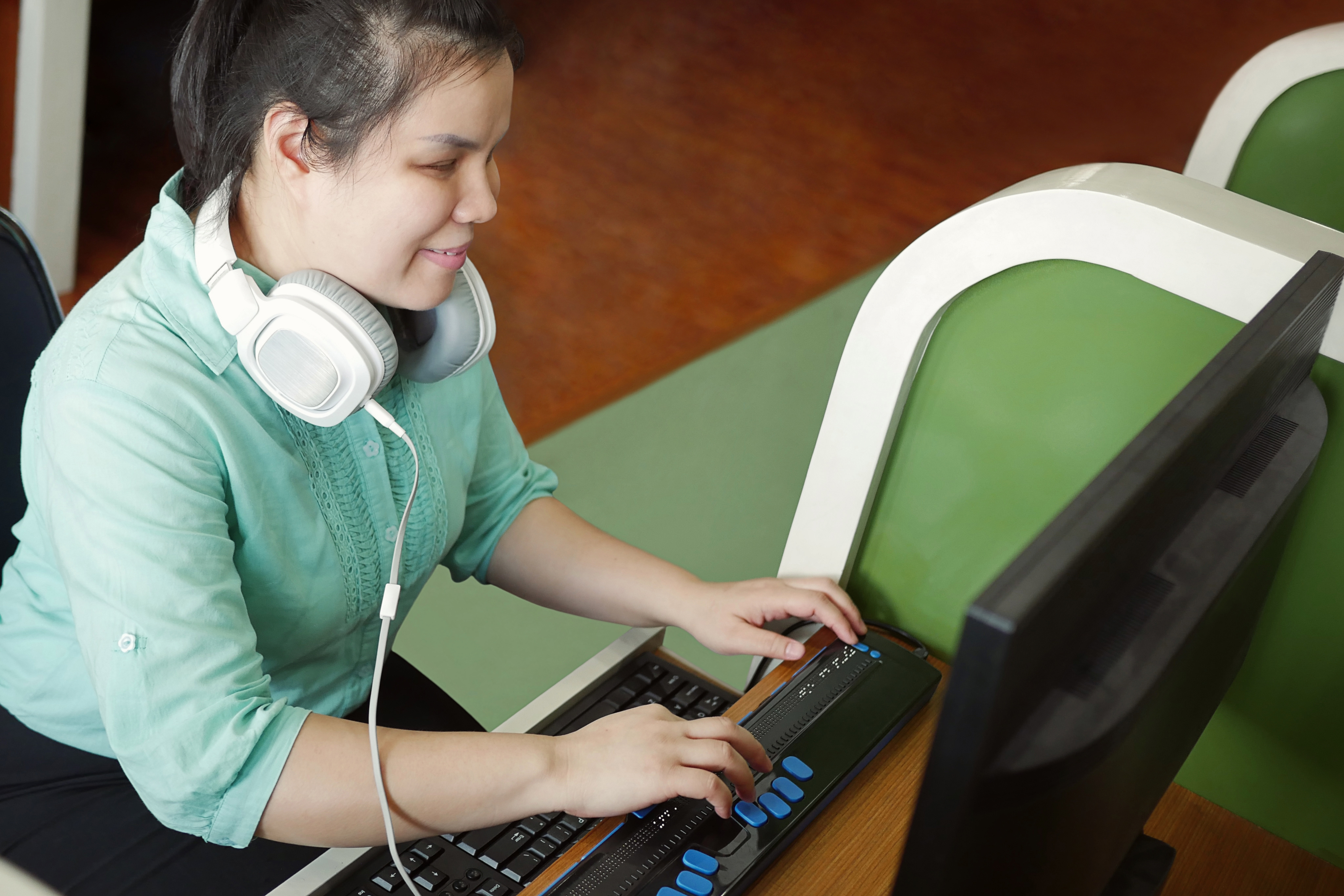Young girl smiling while using computer using Focus 40